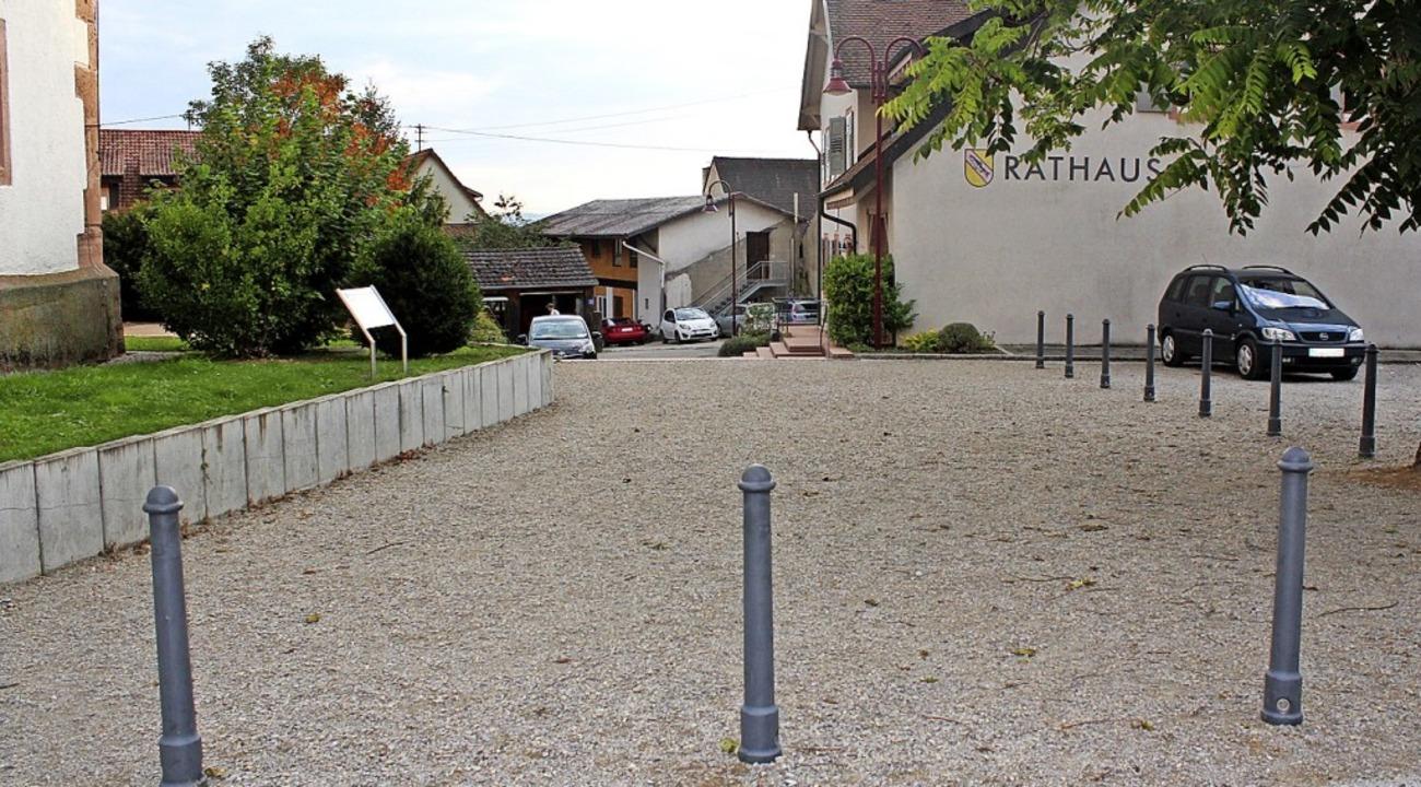 Noch in diesem Jahr soll der Zugang zum Rathaus gepflastert werden.    Foto: Reinhard Cremer