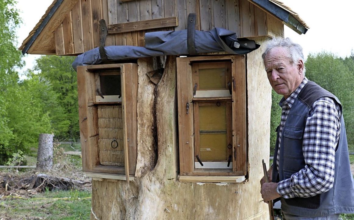 Erhard Strittmatter wartet auf zwei Bi...e hier zu neuen Völkern werden sollen.    Foto: Gudrun Deinzer