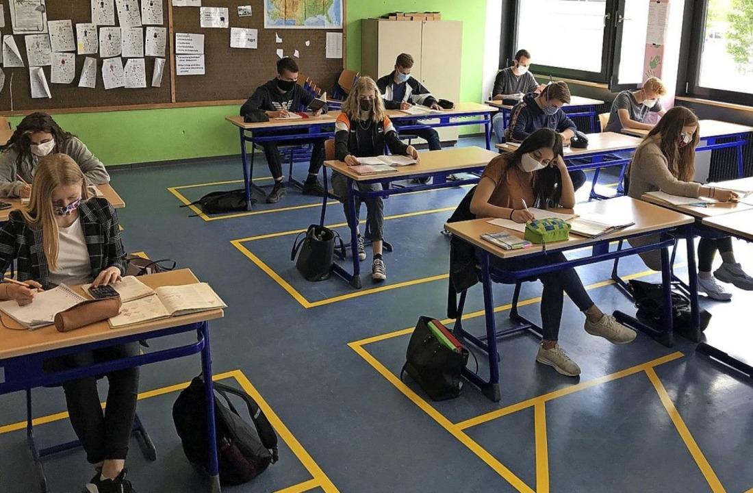 Markierungen auf dem Boden zeigen den ...hülern und Lehrern gewährleistet ist.   | Foto:  privat