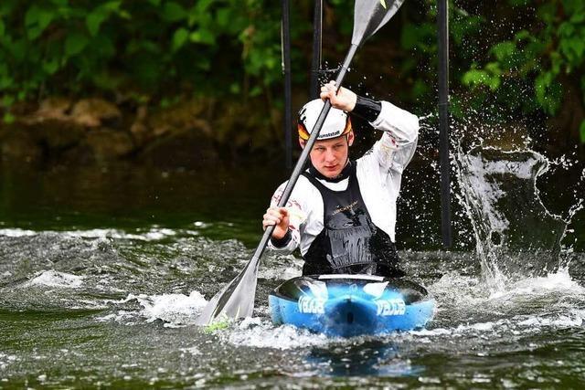 Aufgestaute Elz als Glücksfall – Kanute Paul Bretzinger trainiert trotz Niedrigwasser in Waldkirch