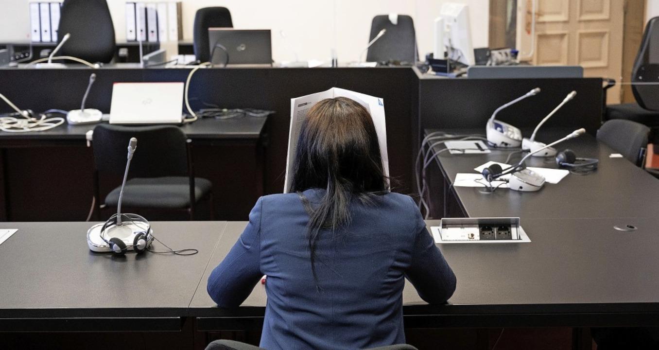 Omaima A. auf der Anklagebank des Hamb...ckt sie zu Prozessbeginn ihr Gesicht.   | Foto: Daniel Reinhardt (dpa)