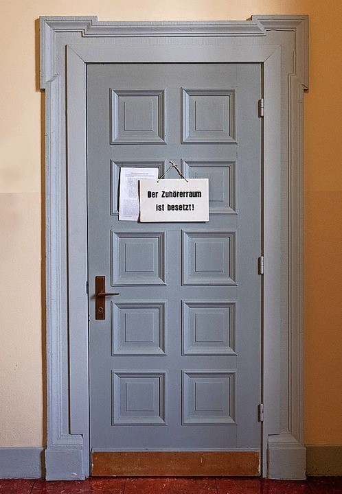 Nur sechs Zuschauer durften in den Saal.  | Foto: Daniel Reinhardt (dpa)