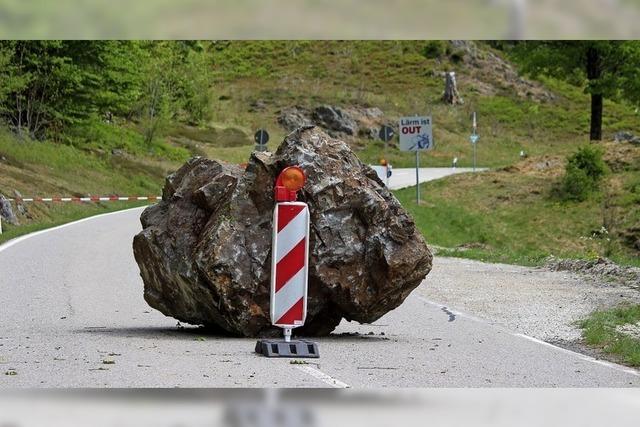 Tonnenschwerer Felsblock kracht bei Todtnau auf die Straße