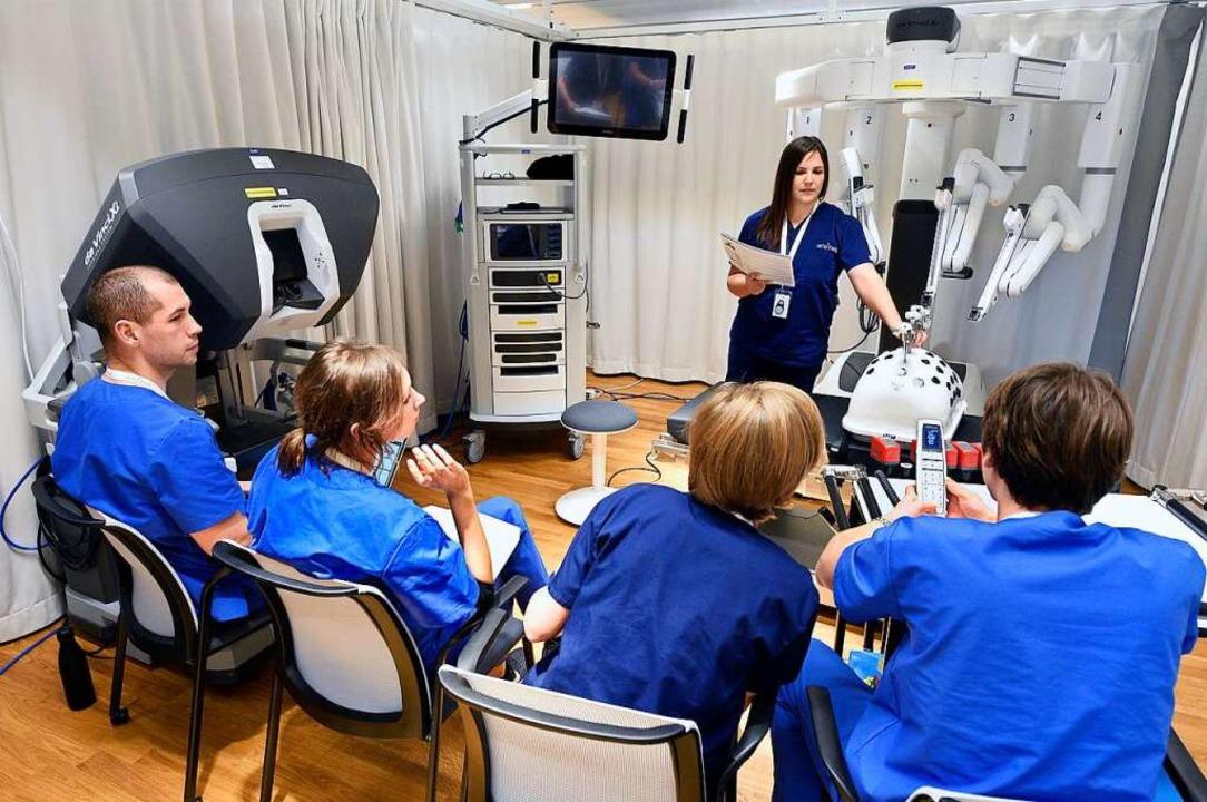 Intuitive-Mitarbeiter bei  der Schulun...en minimalinvasiven Chirurgiesystemen   | Foto: Thomas Kunz