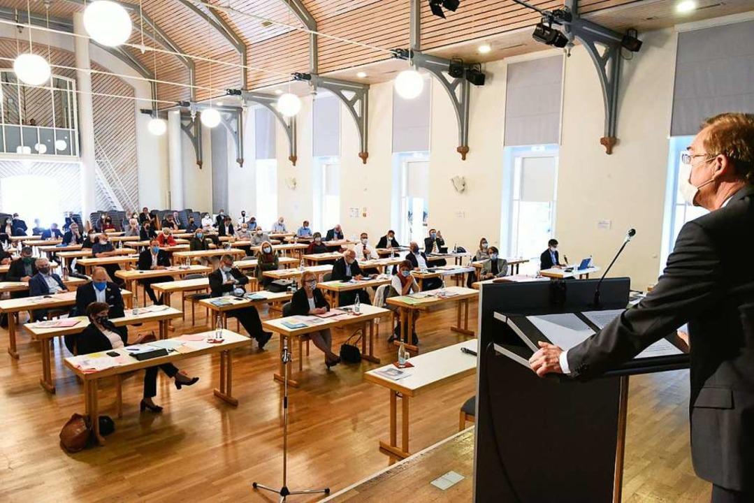 Kreistagssitzung mit Mundschutz: Landr...nerpult in der Emmendinger Steinhalle.  | Foto: Markus Zimmermann