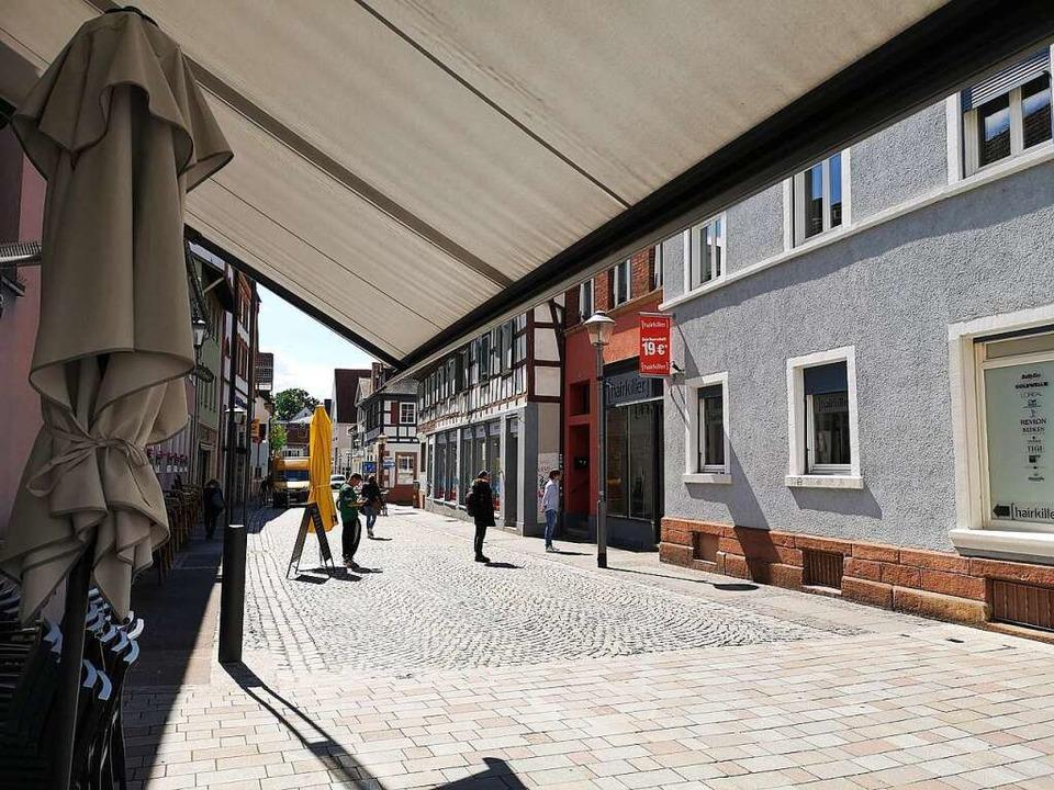 Kunden warten vor einem Friseursalon in der Steinstraße auf Einlass.  | Foto: Ralf Burgmaier