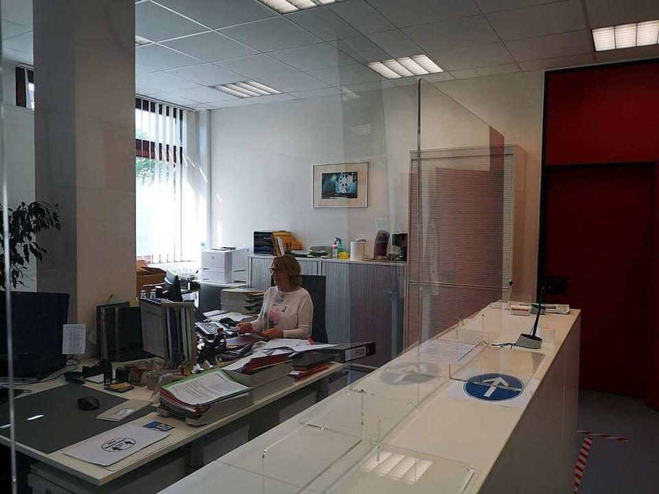 Im Sekretariat sollen Plexiglaswände Sekretärin und Besucher  schützen.  | Foto: Ralf Burgmaier