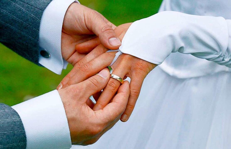 Viele Paare verschieben derzeit die te... Jahren geplante Trauung (Symbolbild).  | Foto: Andreas Lander
