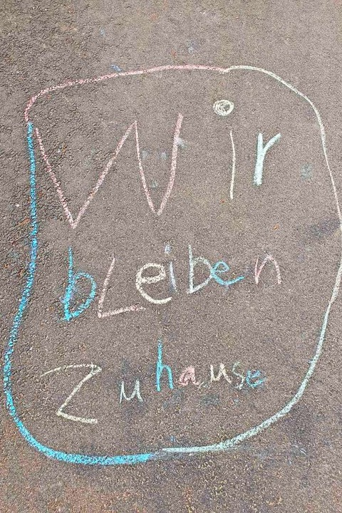 Kinder aus Müllheim haben die Botschaf...ie Straße gemalt: Wir bleiben zuhause.  | Foto: Céline Wildegans