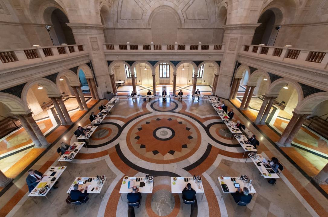 Kabinettssitzung mit Mindestabstand: S...m großen Kuppelsaal der Staatskanzlei.    Foto: Sven Hoppe (dpa)
