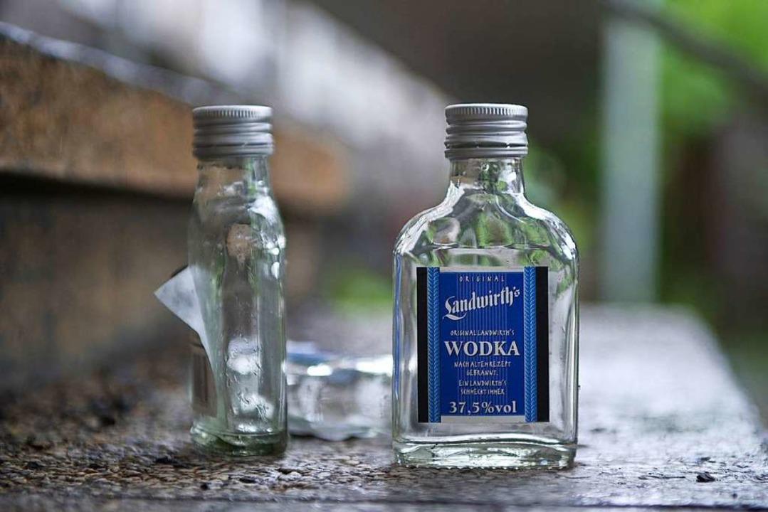 Wutentbrannt warf der 22-Jährige Energ...ka-Flasche auf den Boden (Symbolbild).  | Foto: Soeren Stache