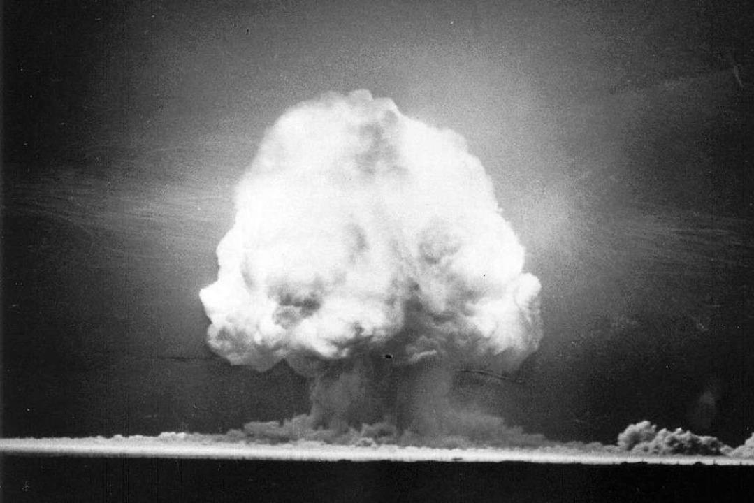 Am 16. Juli 1945 explodiert die erste ...mpilz, die große Rauchwolke, zu sehen.    Foto: -