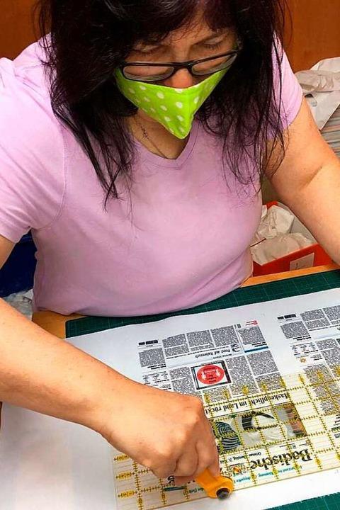 Annette Fliehler beim Zuschneiden.  | Foto: BZ