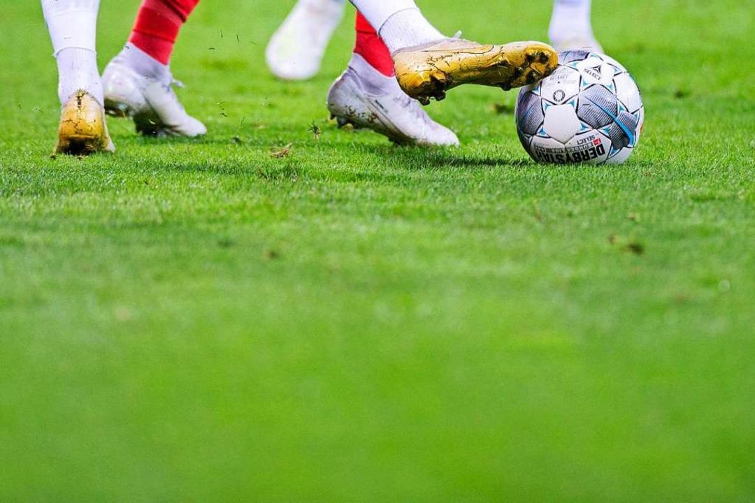 Auf sattem Grün wollen und werden sie ...uch bald wieder gegen den Ball treten.    Foto: Rolf Vennenbernd (dpa)