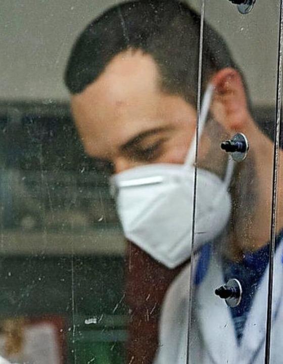 Vielerorts unverzichtbar: die Mundschutzmaske  | Foto: Domenico Stinellis (dpa)