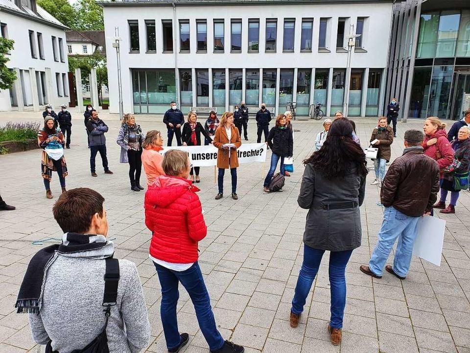 Anette Franz (Mitte) hatte die Kundgebung organisiert.    Foto: Karl-Stephan Kovacs