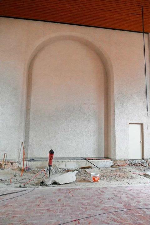 Vor diesen Bogen kommt die neue Altarwand auf Weißtannenholz.    Foto: Sylvia Sredniawa