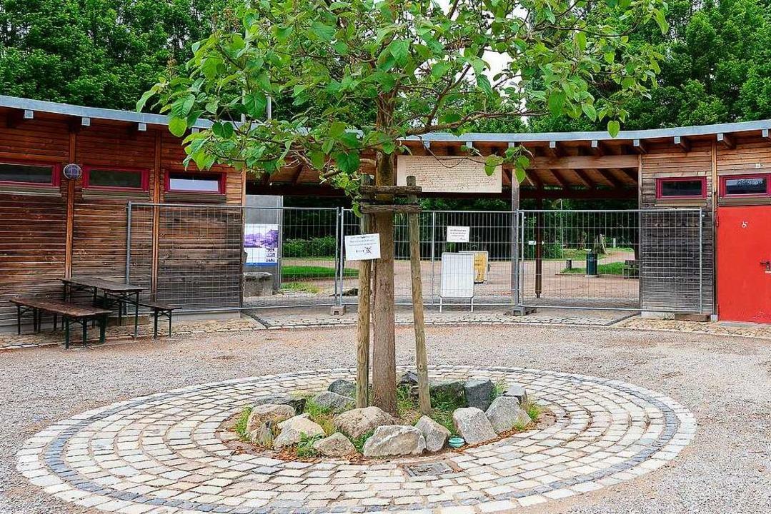 Eingang zum Tiergehege Mundenhof am ZM... Am Mittwoch kommt die Absperrung weg.  | Foto: Ingo Schneider