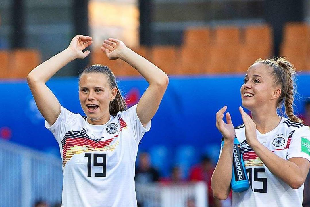 Klara Bühl (links) und Giulia Gwinn im...211; als Teamkameradin beim FC Bayern.  | Foto: Sebastian Gollnow (dpa)