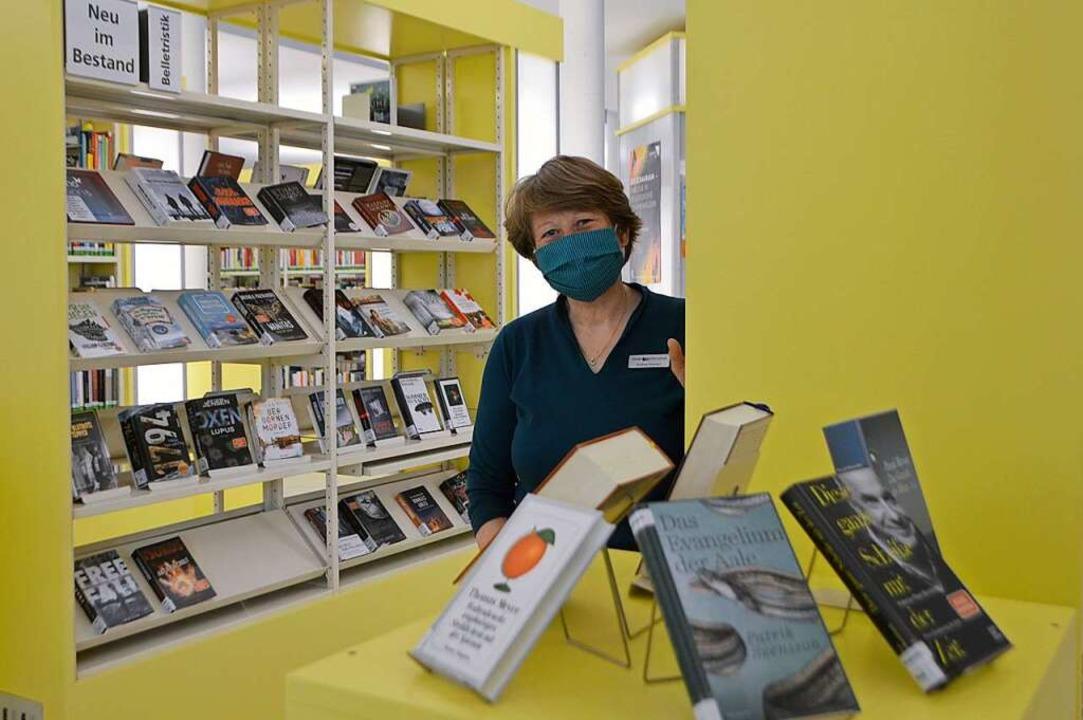 Bibliotheksleiterin Andrea Strecker mit Schutzmaske    Foto: Horatio Gollin