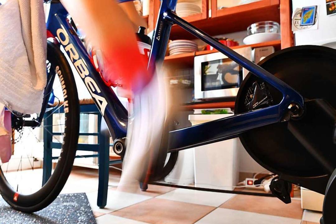 Ständiges Powertreten bei einem Puls v...ute – Indoor-Cycling ist heftig.  | Foto: Achim Keller