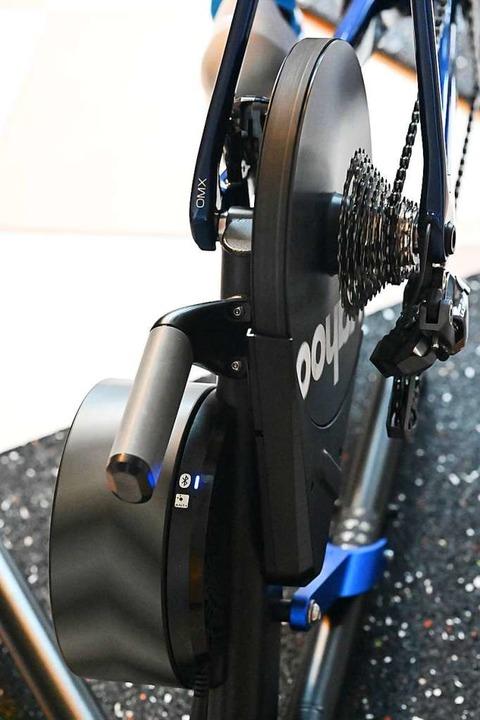 Der digitale Rollentrainer ersetzt das Hinterrad.  | Foto: Achim Keller