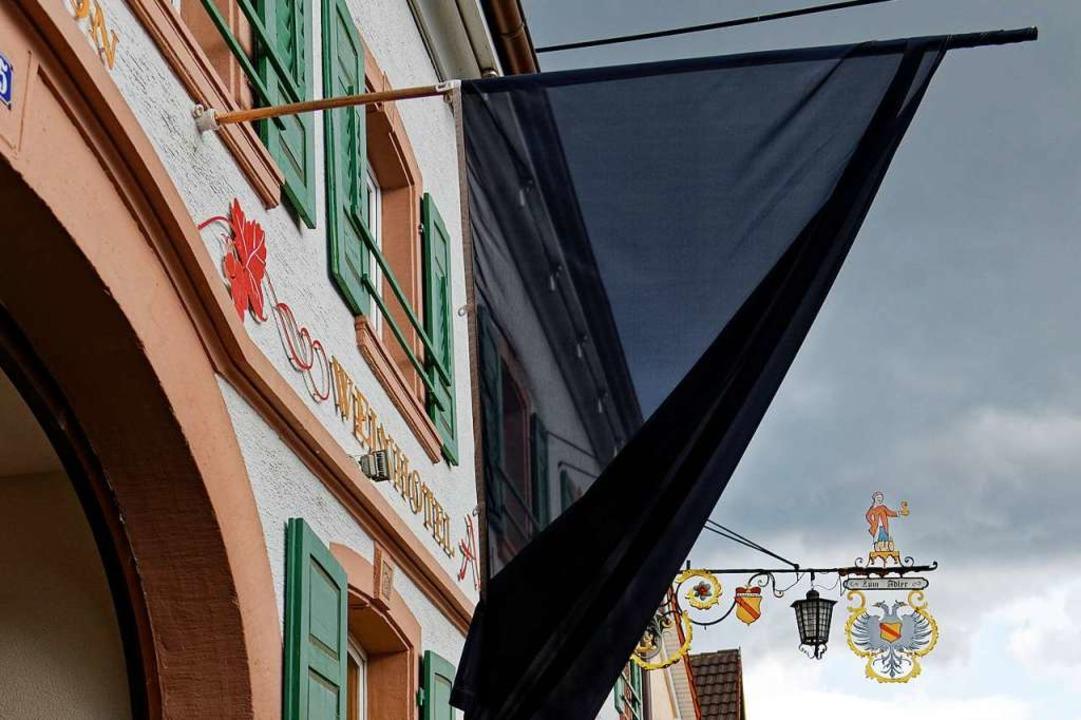 Eine schwarze Fahne in Königschaffhausen, wo die Aktion am Montag startete.    | Foto: Martin Wendel