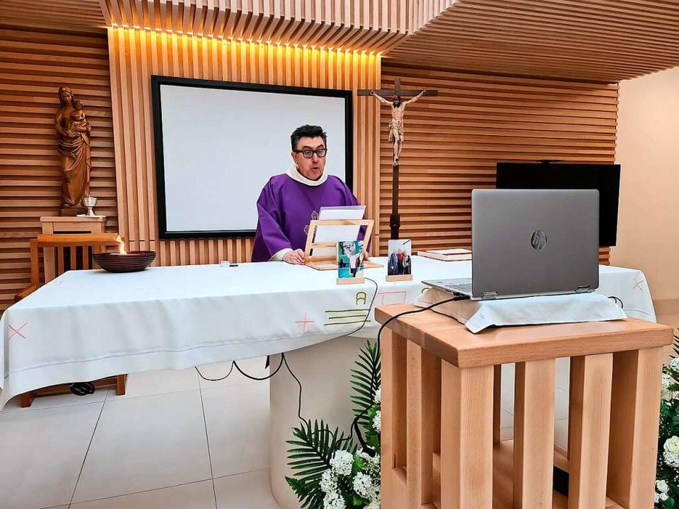 Beerdigung am Bildschirm: In einem Lei...er per Videokonferenz live übertragen.    Foto: -- (dpa)