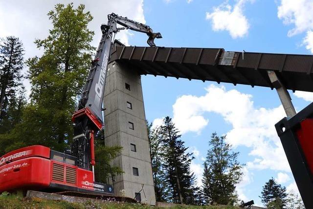 60-Tonnen-Bagger reißt Skischanze in Hinterzarten ab