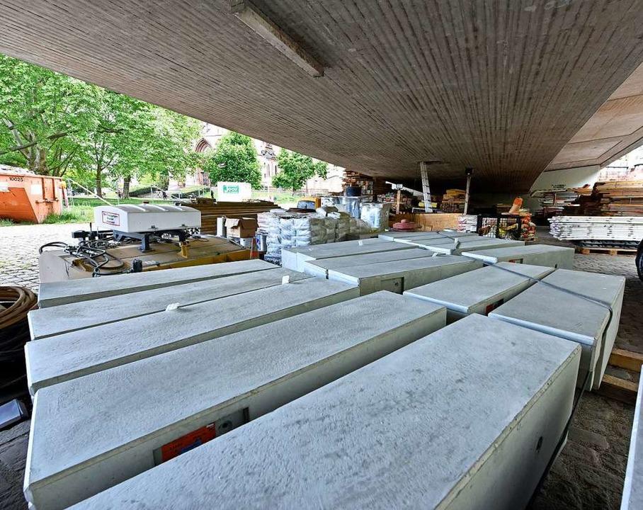 Unter der Brücke liegen neue Betonelemente für die Geländer.    Foto: Michael Bamberger