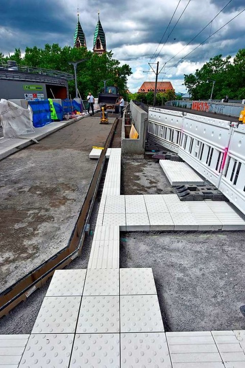 Die Bauarbeiter pflastern den Gehweg zum Stühlinger Kirchplatz.    Foto: Michael Bamberger