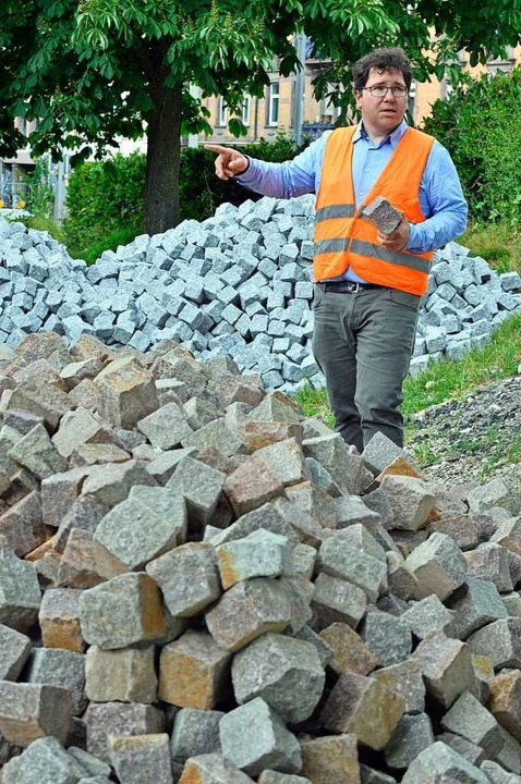 Johannes Scherer und der Vorrat an Porphyr- und Granit-Pflastersteinen.    Foto: Michael Bamberger