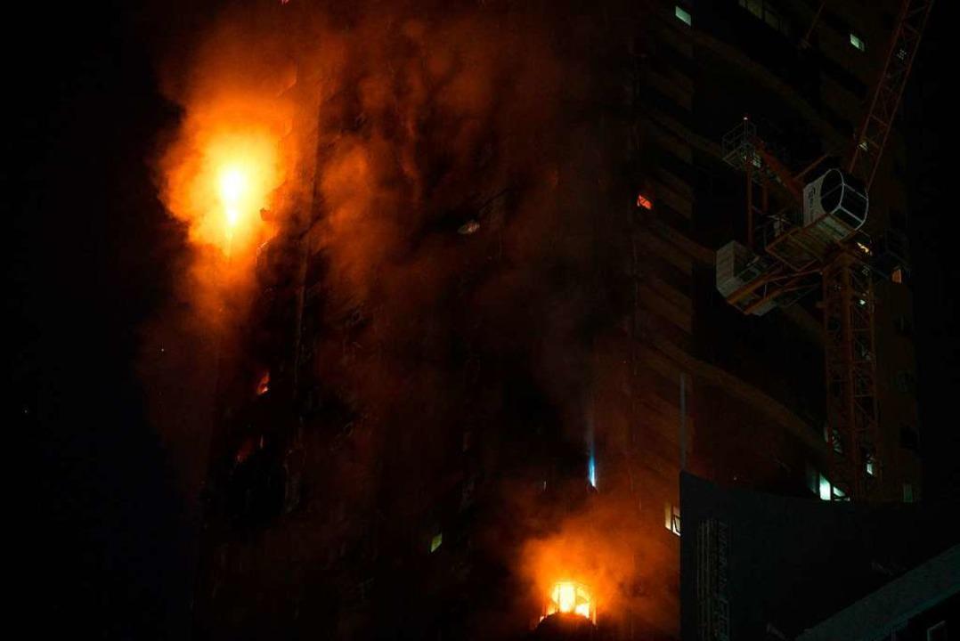 Ein Feuer brennt an der Seite eines Ho... Meter hoher Wolkenkratzer abgebrannt.  | Foto: Jon Gambrell (dpa)