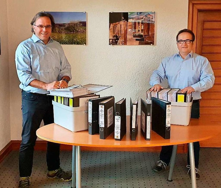 Bürgermeister Carsten Gabbert (links) ...ändigen Planungsunterlagen zum Radweg   | Foto: Gemeinde