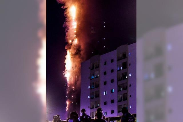 Zwölf Verletzte bei Großfeuer