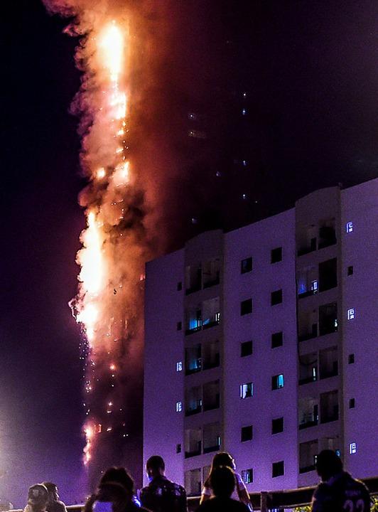 Der Abbco Tower  in Flammen  | Foto: - (AFP)