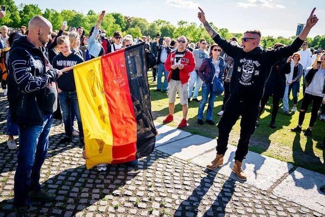 Polizei löst Demonstration vor Berliner Reichstagsgebäude auf