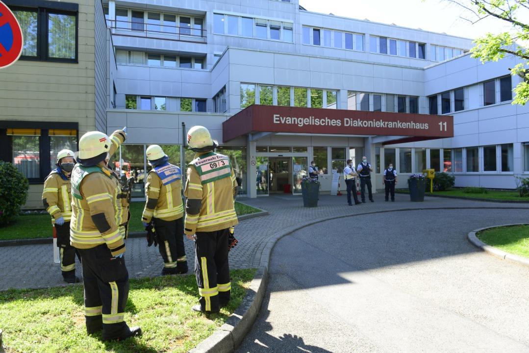 In einem Obergeschoss des Diakoniekran...en. Die Feuerwehr ist noch im Einsatz.  | Foto: Ingo Schneider