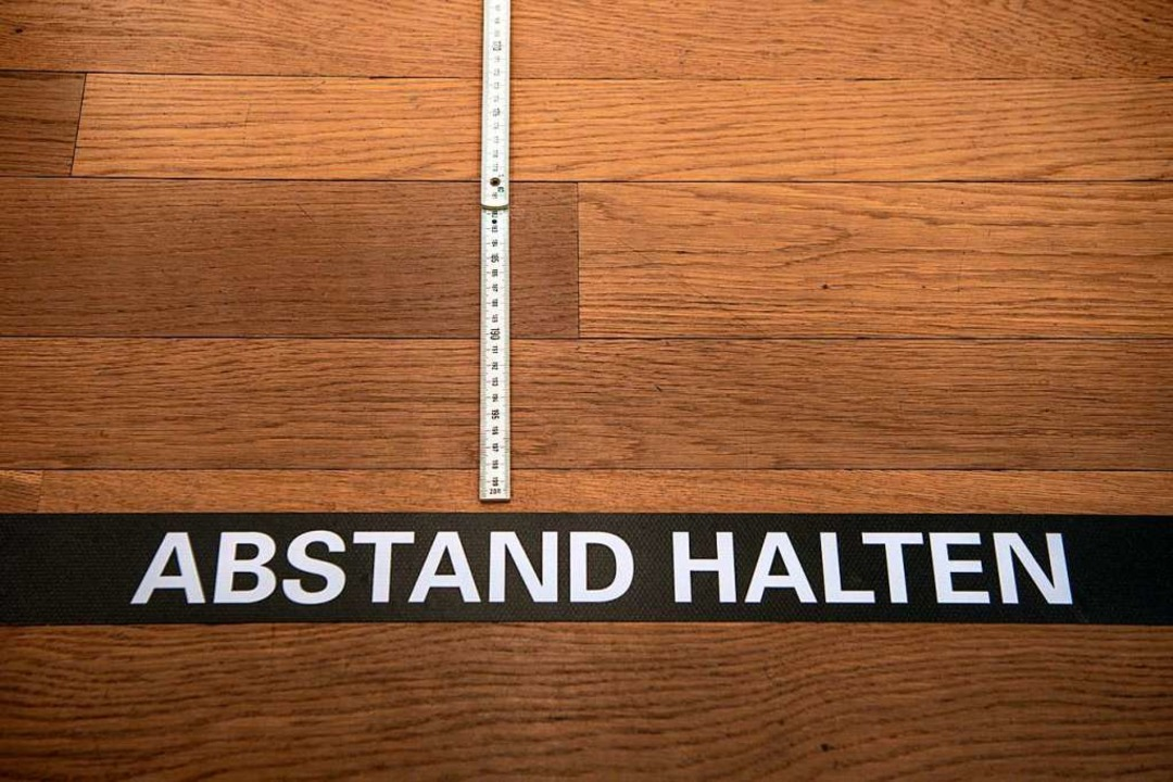 Eine Abstandsmarkierung klebt auf dem Boden im Shop des Kunstmuseums Basel.   | Foto: Georgios Kefalas (dpa)