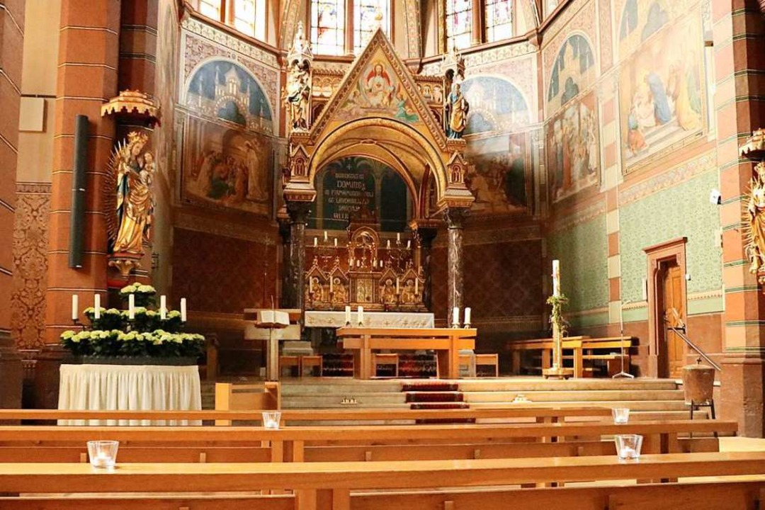 Abstand halten heißt das Gebot: Die mö...olischen Kirche durch Kerzen markiert.  | Foto: Martha Weishaar