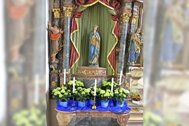 Die Maialtäre in den Kirchen sind geschmückt