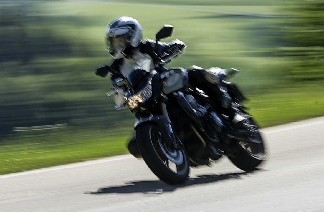 Als wär's Rennsport: Motorradfahrer im Schwarzwald.    Foto: Patrick Seeger