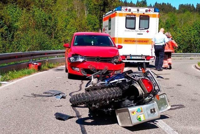 Motorrad stößt auf der L 170 mit Auto zusammen
