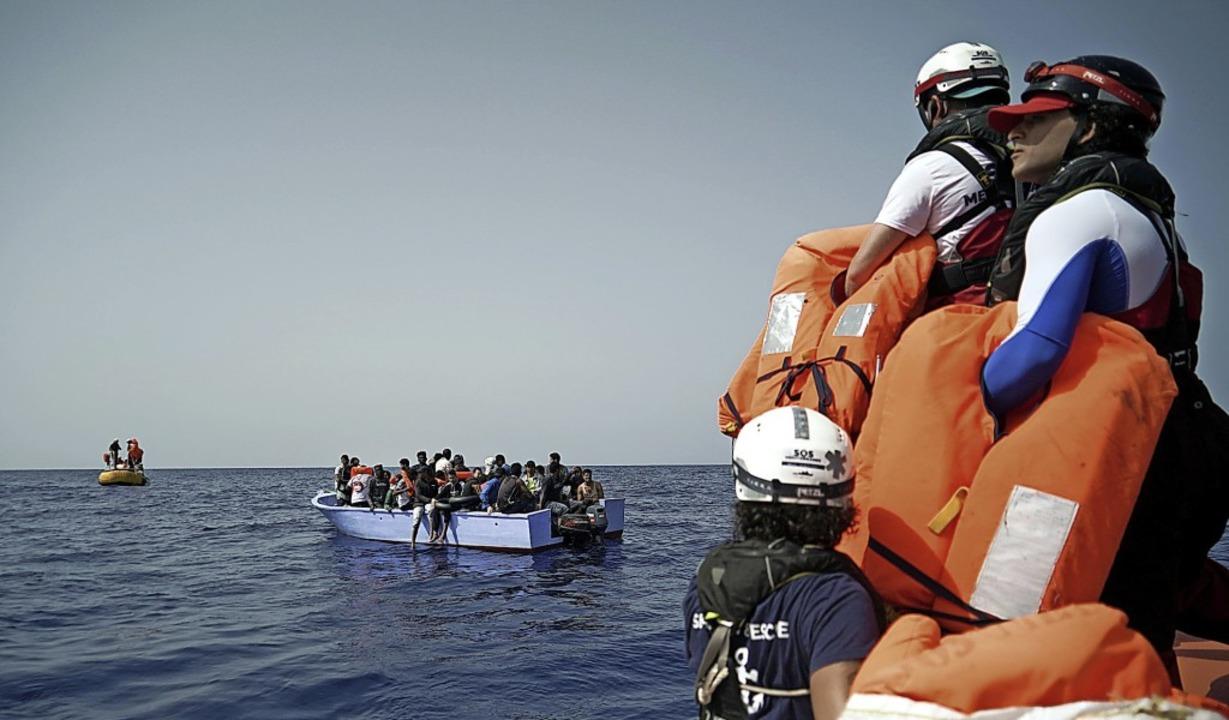 Seenotretter halten Rettungswesten für... Seenot geratenen Flüchtlinge bereit.     Foto: Renata Brito (dpa)