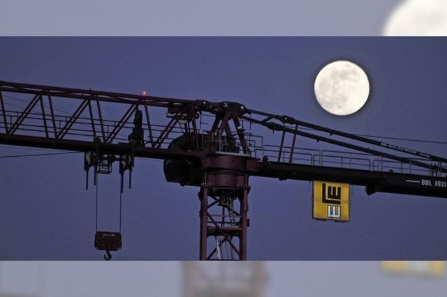Mond über dem Menschenwerk