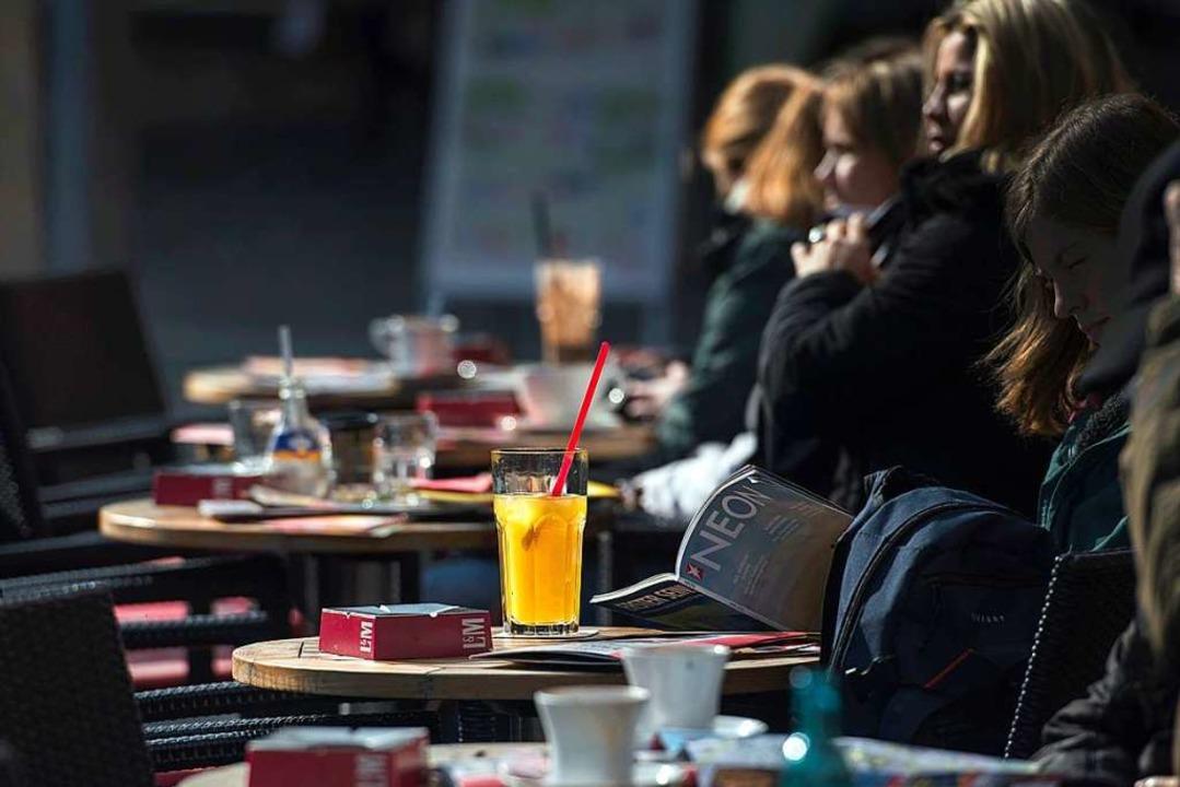 Wieder im Straßencafé sitzen – d...rg ab dem 18. Mai wieder möglich sein.    Foto: Andreas Arnold (dpa)