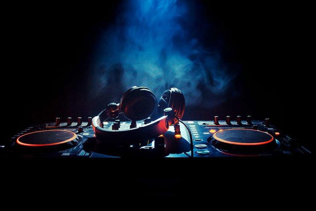 Die Musik soll bald wieder laufen, die...det bald Streams aus Freiburger Clubs.  | Foto: Zef Art/Adobe.com