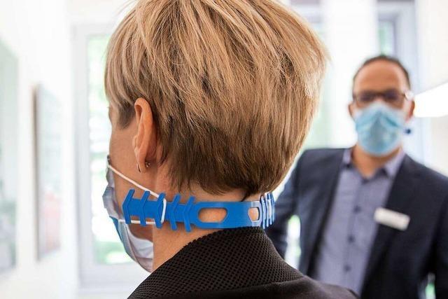 Männer stellt Mundschutzhalter für Krankenhäuser her