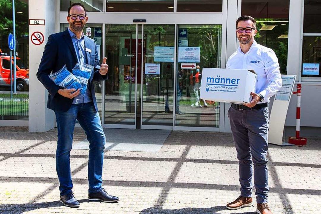 Matthias Jenny (links) vom Diakoniekra...l  von Michael Gehring entgegennehmen.  | Foto: Martin Boehm www.aoscom.de +49[0