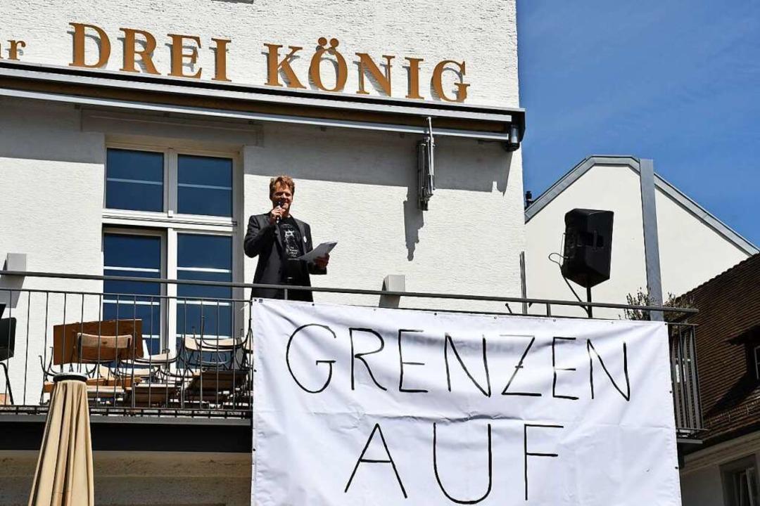 Birger Bär spricht vom Balkon des Restaurants Dreikönig.    Foto: Barbara Ruda